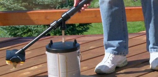 Filling Wagner DeckJet Deck Stain Applicator with stain