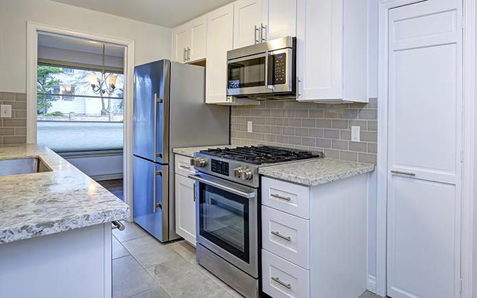 Armoires Shaker, comme on le voit dans une cuisine moderne blanche