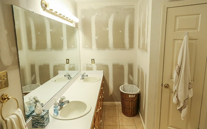 Tom and Linda Lyles' master bathroom, before renovation