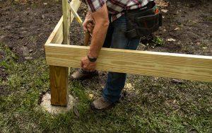 Comment attacher un poteau en bois au béton